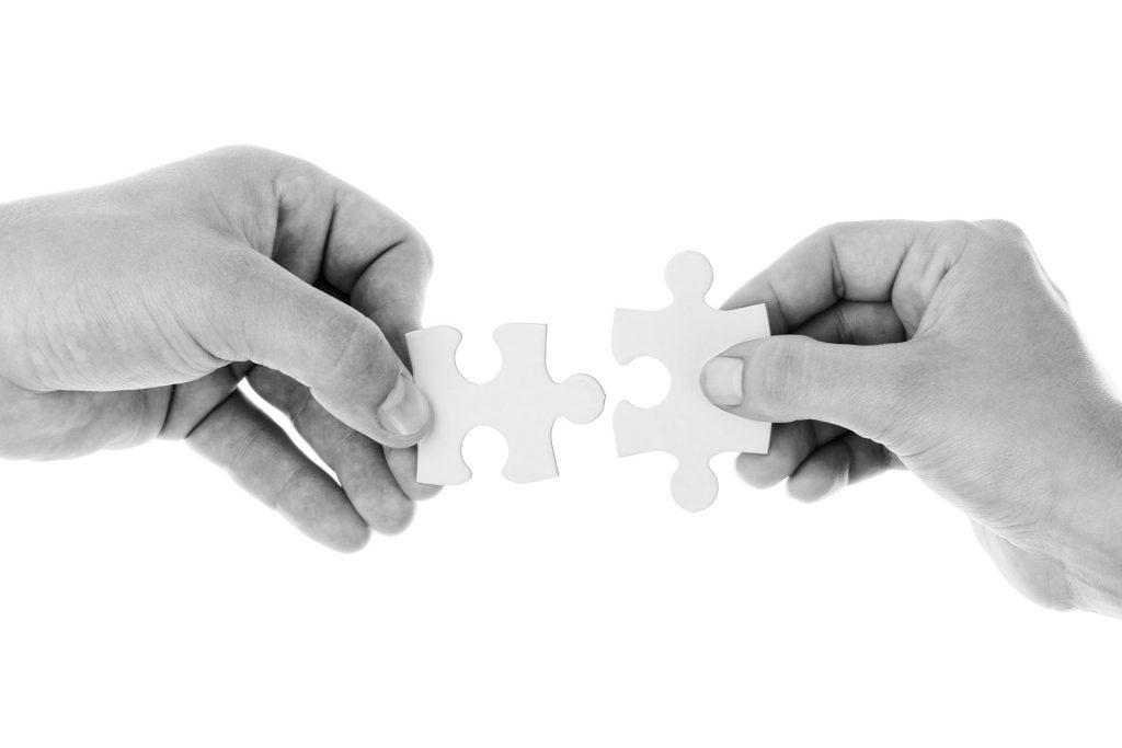 concept management mains assemblant pièces de puzzle