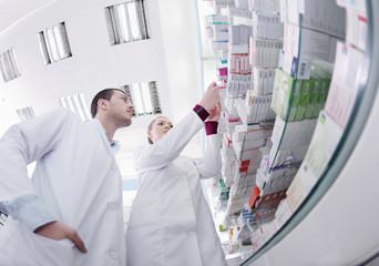 collègues  discutant en rangeant des médicaments